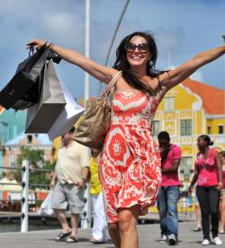 rsz shopping punda woman running happy with shopping bags pontjes brug bridge cura ao 04